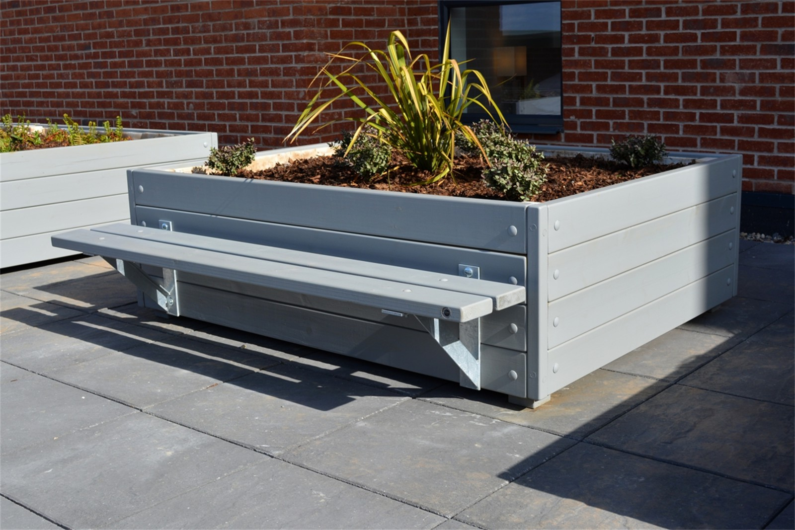 20pgr47 - Grenadier planter with Henley planter bench