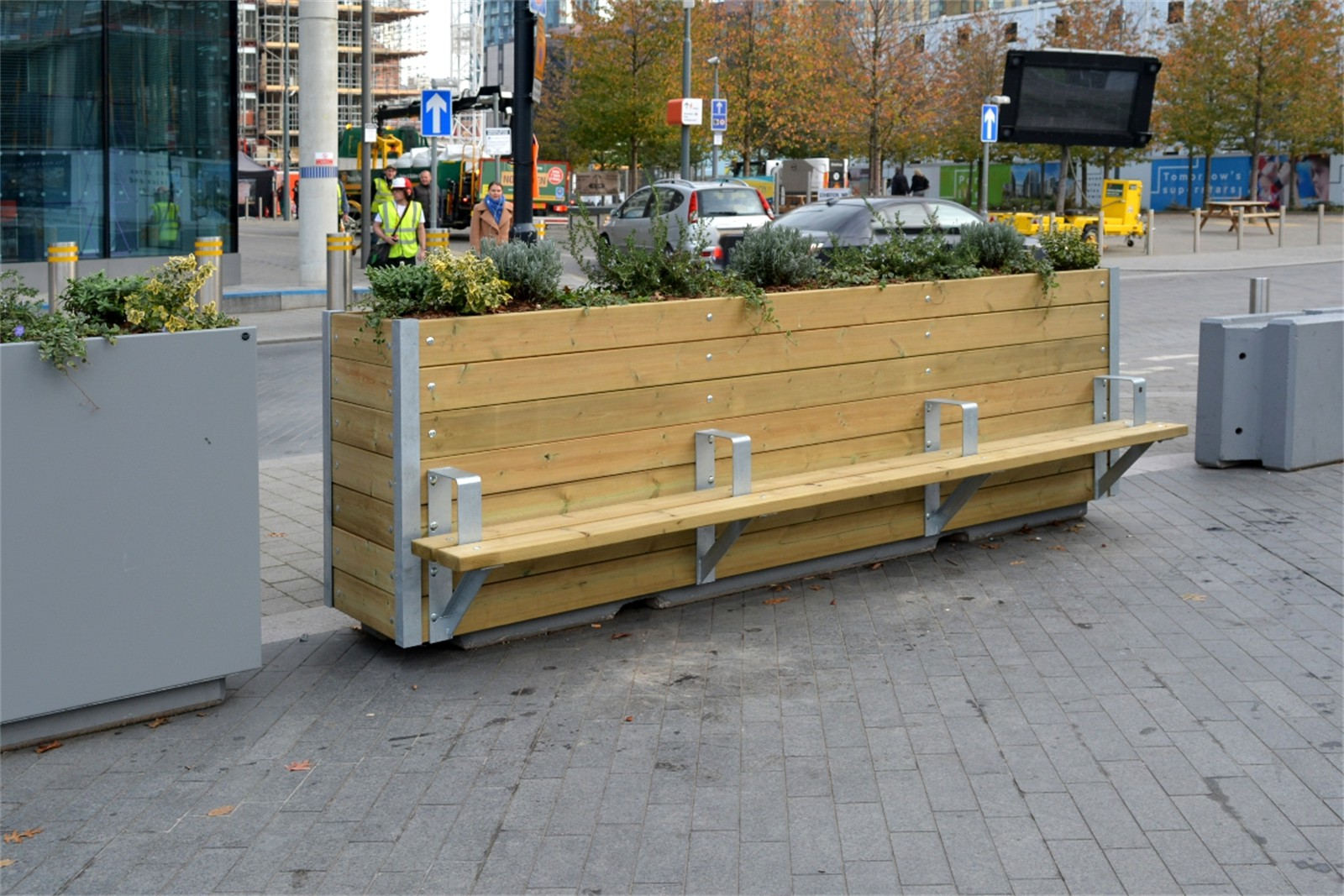 20pmw51 - Mews planter with Henley bench