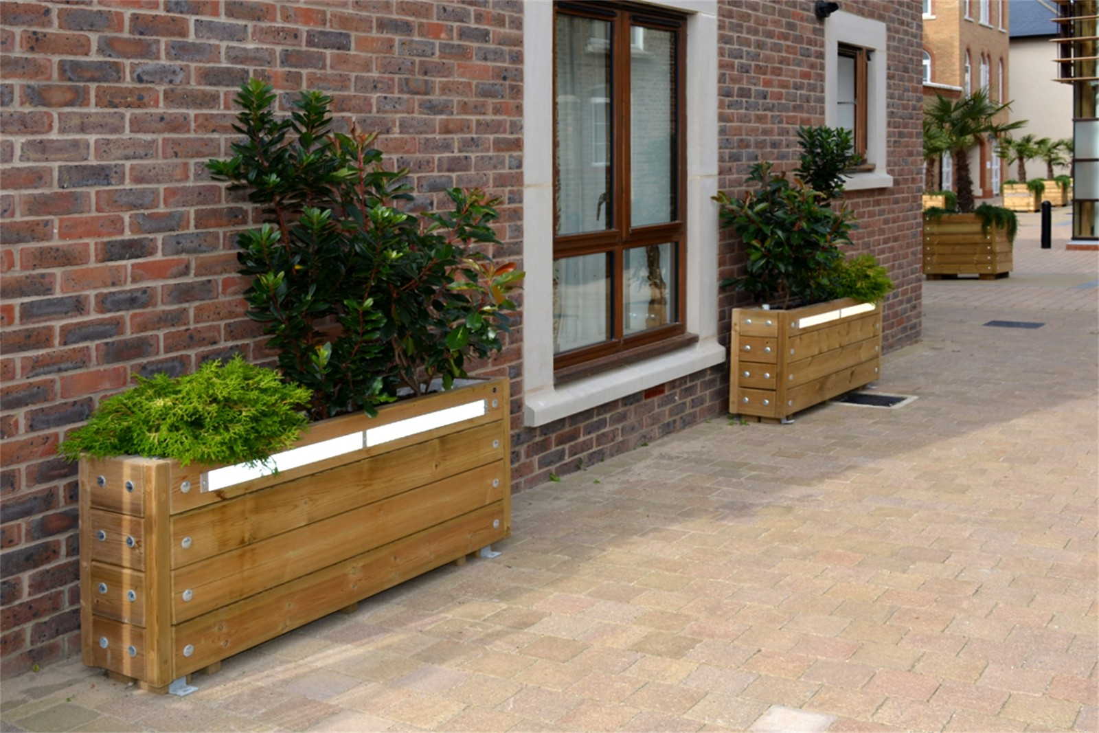 40pgr44 - Grenadier barrier planters with reflective strips