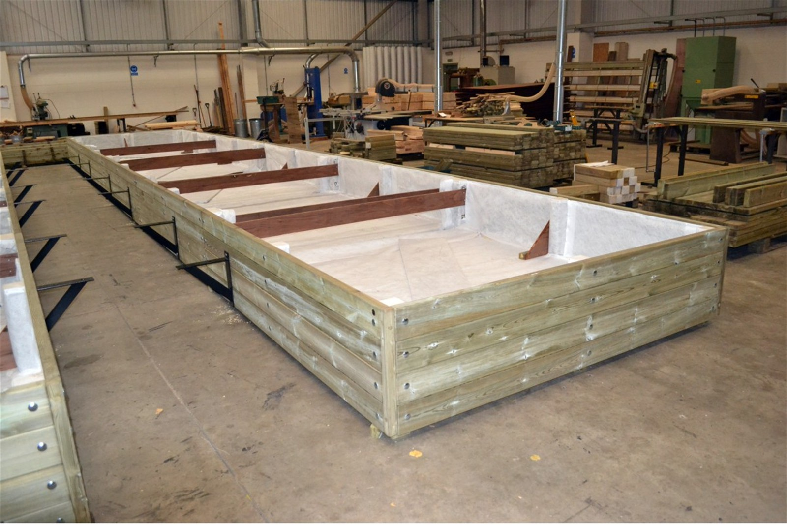 41pgr32 - Large Grenadier planter in manufacture