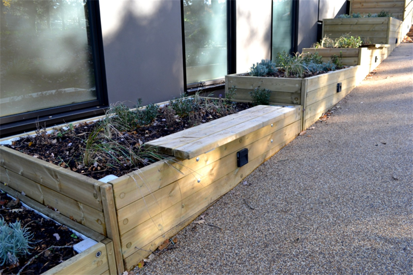 41pgr24 - Large stepped Grenadier planter with bench seating