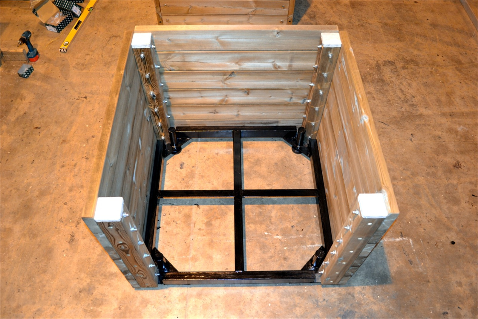43p03 - Grenadier movable planter with steel base frame