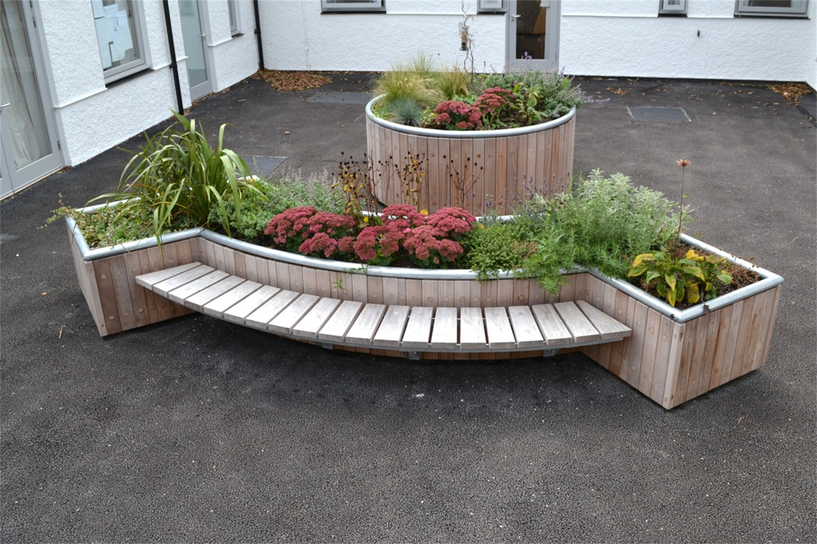 47pca44 - Castleton curved planter with bench