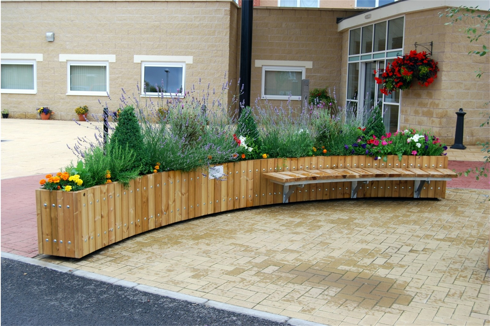 47p01 - Swithland curved planter with Spalding bench