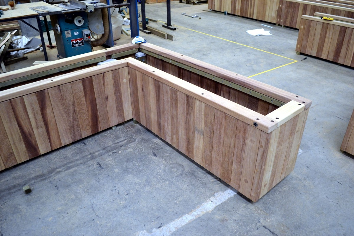 c121p01 - l shaped diplomat planter in manufacture