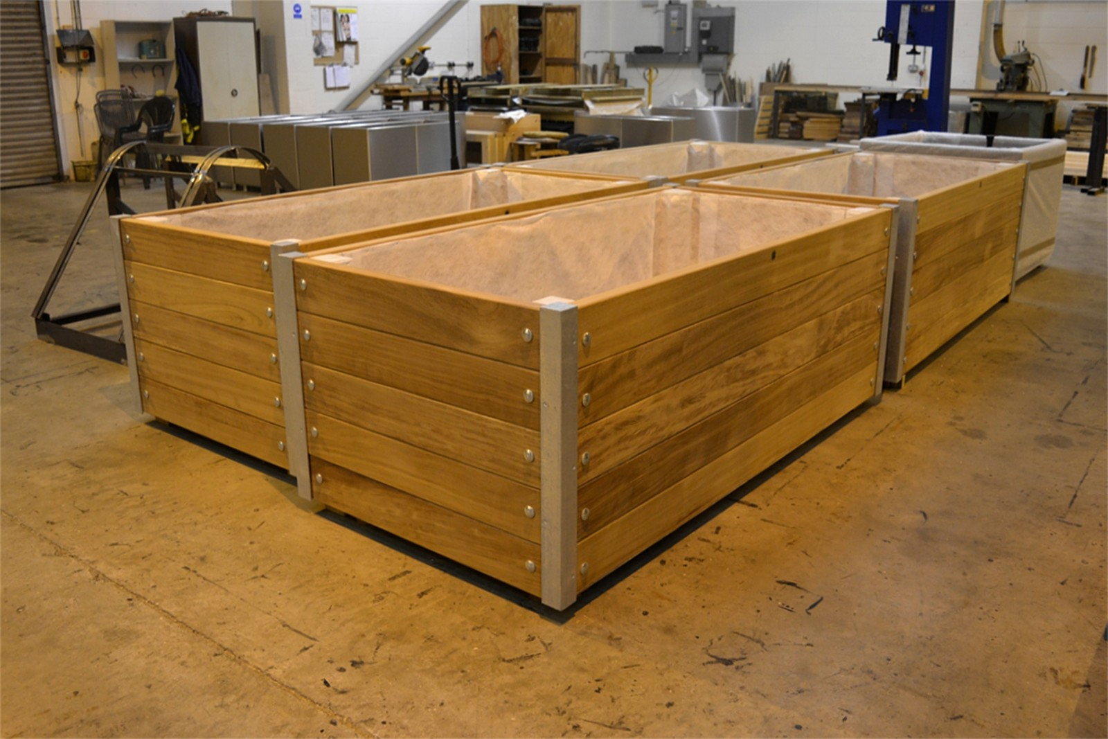 c121t05 - Mews planters in manufacture