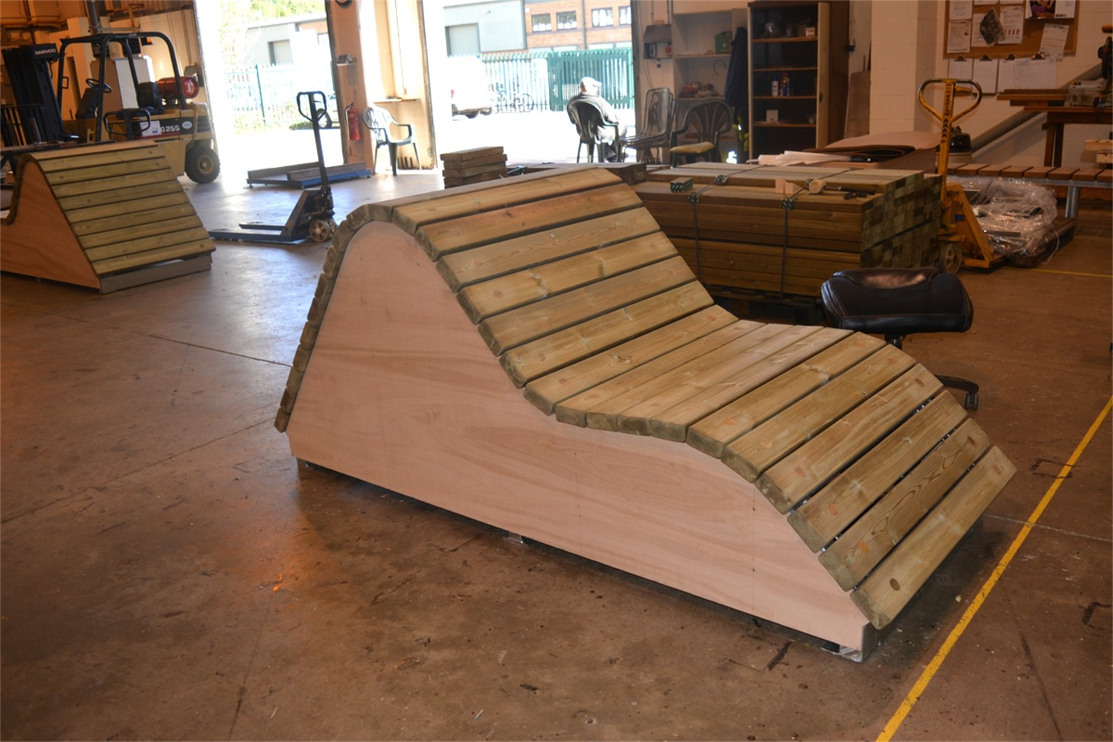 c121t06 - Slatted timber loungers in manufacture