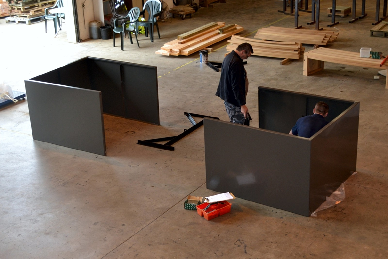 c121v04 - Stratum planter walling sections in manufacture