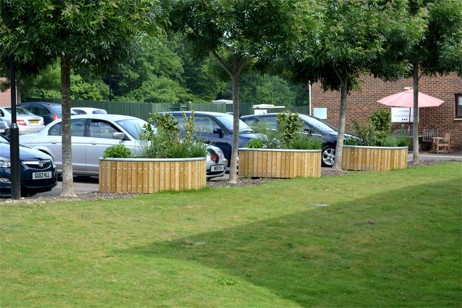 c12308 - St Georges Park Retreat, planters and seating